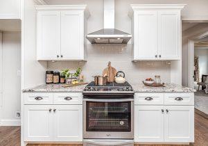 Quels sont les éléments constitutifs d'une armoire de cuisine?